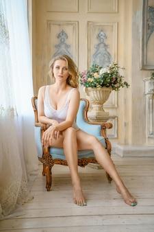 Mulher bonita em lingerie posando no interior