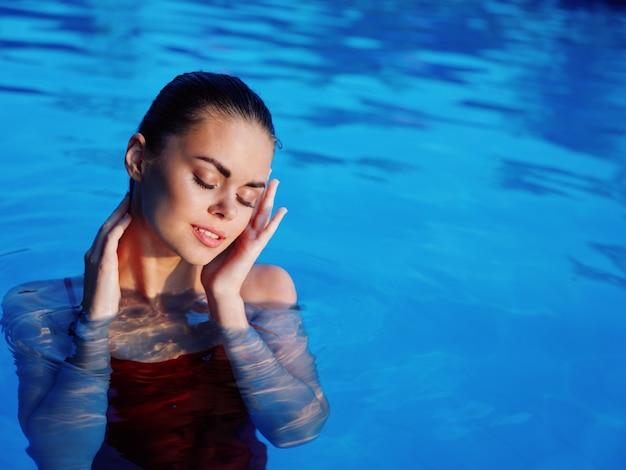 Mulher bonita em maiô piscina natureza lazer estilo de vida