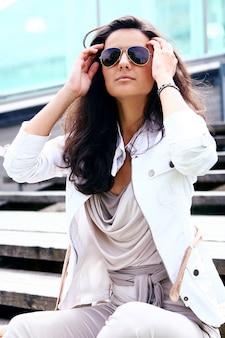 Mulher bonita em óculos de sol