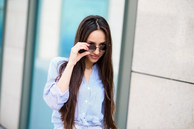Mulher bonita em óculos de sol.