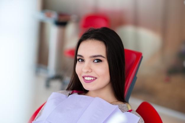 Mulher bonita em odontologia