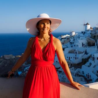 Mulher bonita em oia, santorini, grécia