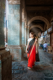 Mulher bonita em pano saree em mumbai, na índia