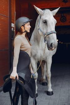 Mulher bonita em pé com um cavalo