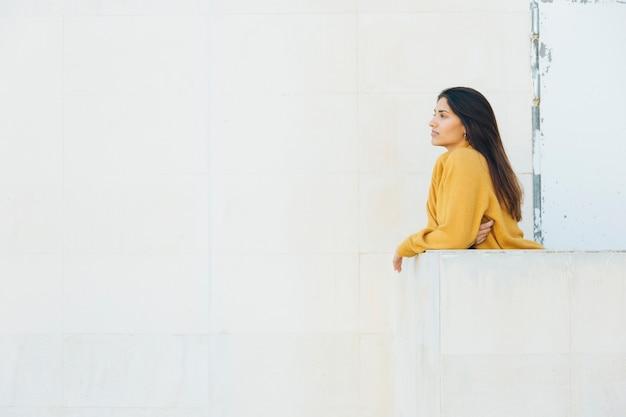 Mulher bonita em pé na varanda