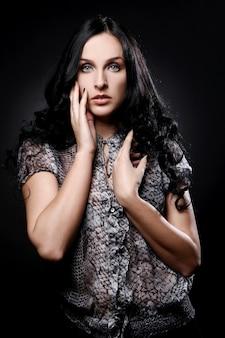Mulher bonita em preto