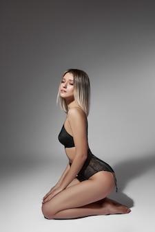 Mulher bonita em roupa íntima, corpo perfeito, corpo esguio, bunda elástica e nádegas.