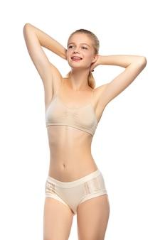 Mulher bonita em roupa íntima isolada no fundo branco beleza cosméticos spa depilação dieta