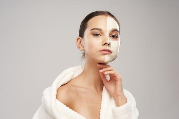 Mulher bonita em roupão pele limpa cosmetologia tratamentos de spa