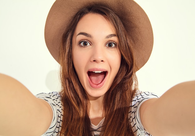 Mulher bonita em roupas de verão hipster tirar selfie de mãos com telefone