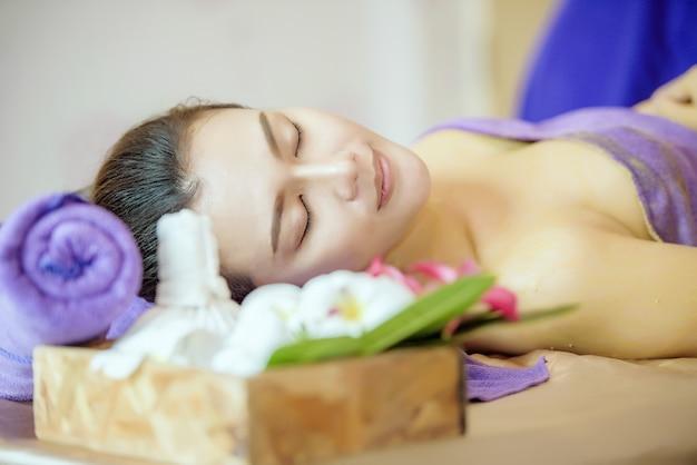 Mulher bonita em salão de spa