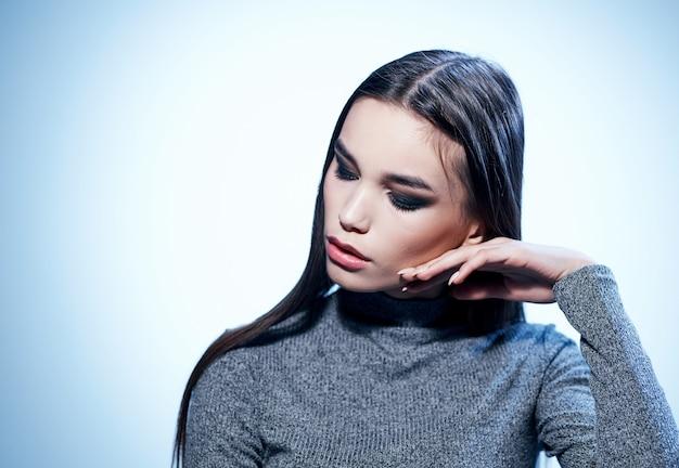 Mulher bonita em suéter cinza maquiagem modelo closeup retrato