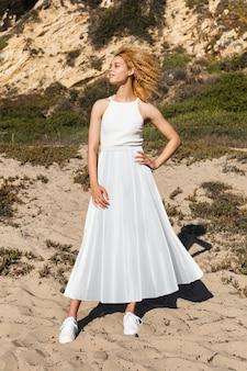 Mulher bonita em top e saia maxi simples tiro de corpo inteiro de moda de verão