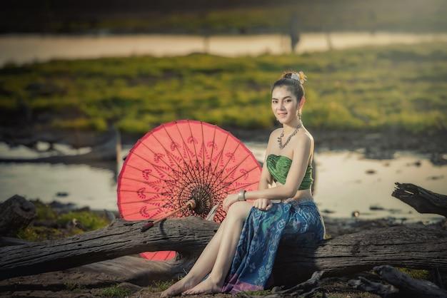 Mulher bonita em traje tradicional, mulher asiática com vestido tailandês típico