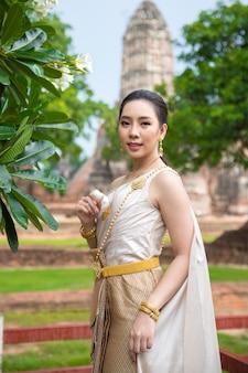 Mulher bonita em traje tradicional tailandês antigo, retrato no antigo templo de ayutthaya