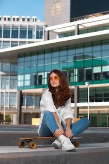 Mulher bonita em um ambiente urbano limpo