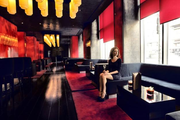 Mulher bonita em um bar