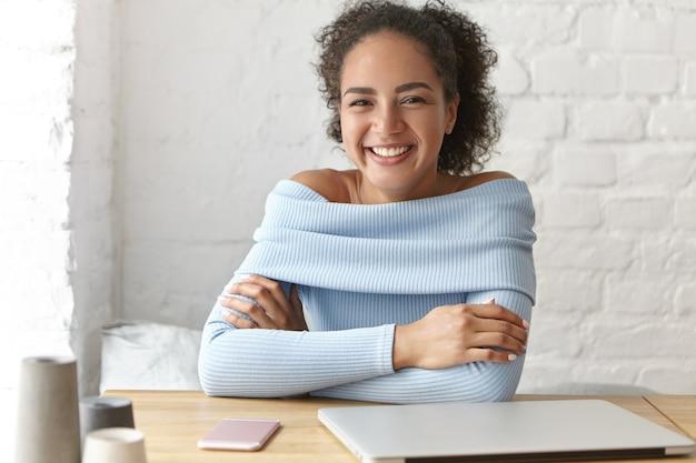 Mulher bonita em um café com laptop