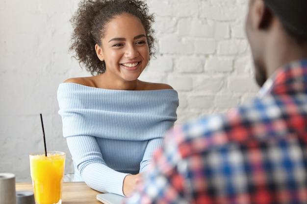 Mulher bonita em um café com namorado