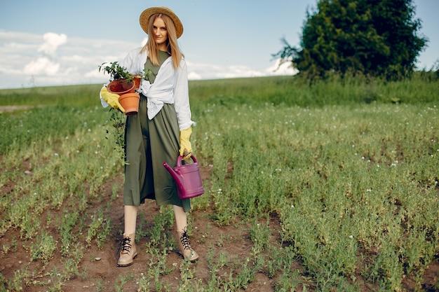 Mulher bonita em um campo de verão