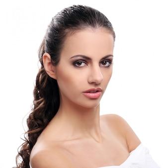 Mulher bonita em um fundo branco