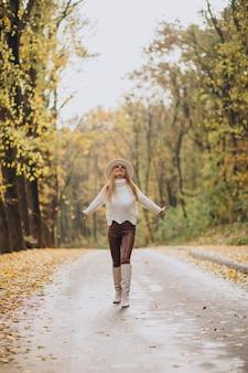 Mulher bonita em um parque de outono