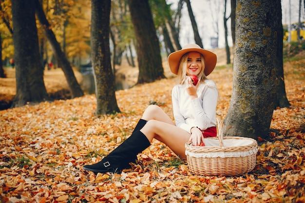 Mulher bonita em um parque do outono