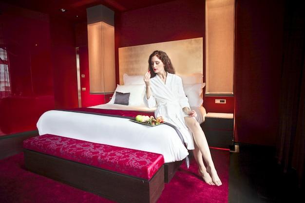 Mulher bonita em um quarto de hotel