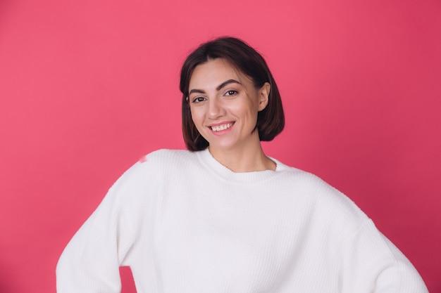 Mulher bonita em um suéter branco casual,