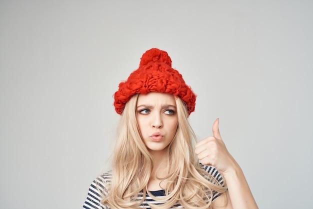 Mulher bonita em uma camiseta listrada chapéu vermelho vista recortada glamour