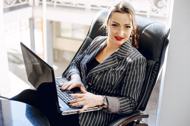 Mulher bonita em uma sala de escritório