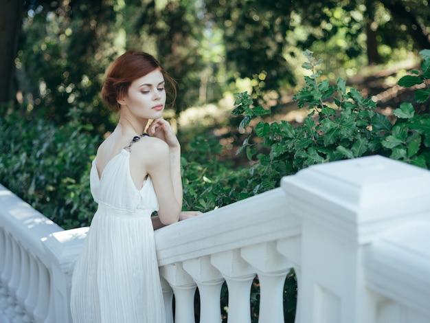 Mulher bonita em vestido branco tradição da mitologia de princesa grega