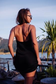 Mulher bonita em vestido de férias, lago e montanhas no fundo