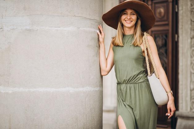 Mulher bonita, em, vestido, e, chapéu, ficar, por, arquitetura