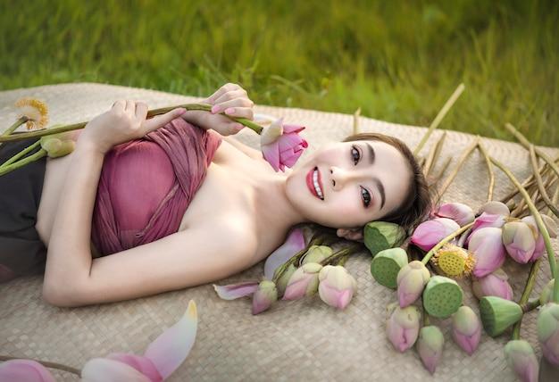 Mulher bonita em vestidos asiáticos tradicionais