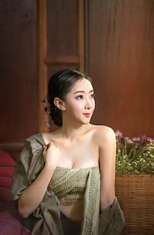 Mulher bonita em vestidos tradicionais da ásia