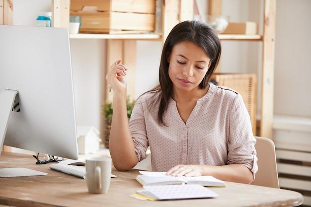 Mulher bonita, escrevendo na mesa
