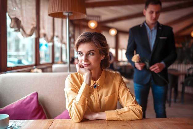 Mulher bonita esperando no restaurante