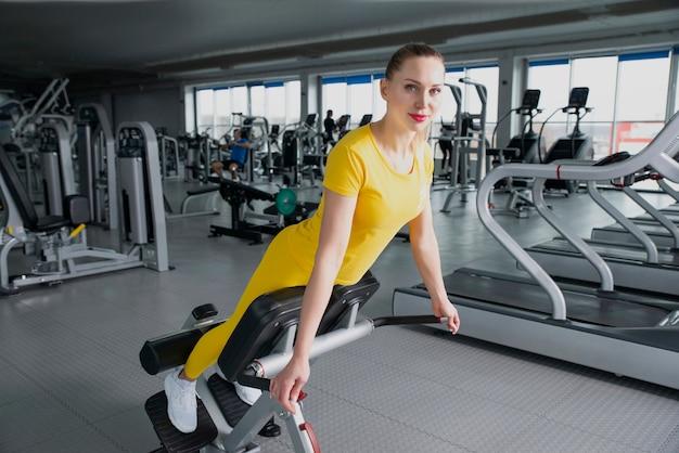 Mulher bonita esporte fazendo imprensa fitness exercício no ginásio
