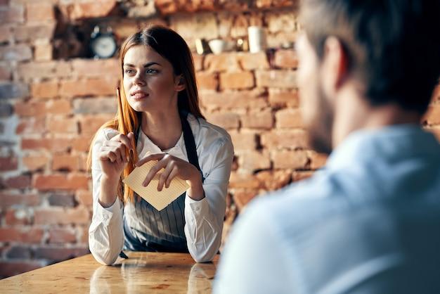 Mulher bonita está conversando com um homem