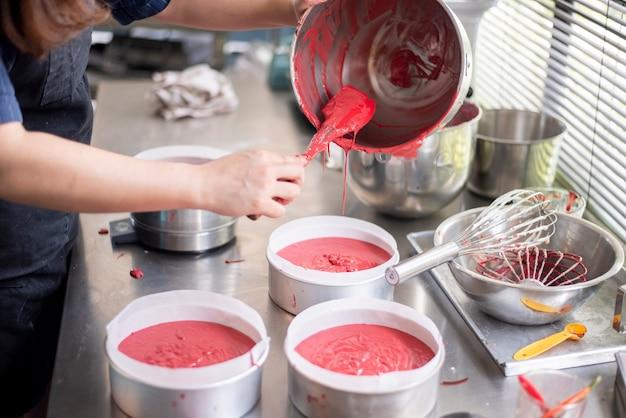 Mulher bonita está fazendo padaria