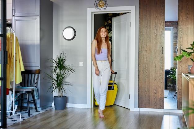 Mulher bonita está surpresa, feliz por se mudar para um novo apartamento