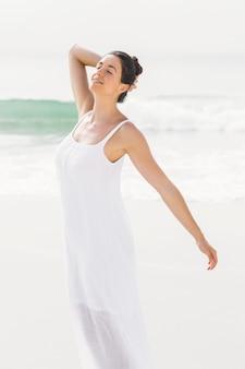 Mulher bonita, estendendo-se na praia