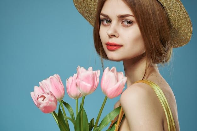 Mulher bonita estilo elegante chapéu close-up buquê de flores