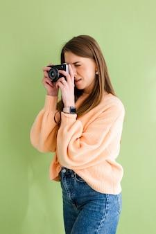 Mulher bonita europeia com câmera fotográfica nas mãos sorriso positivo feliz
