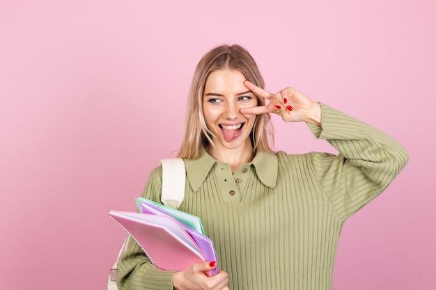 Mulher bonita europeia com suéter casual na parede rosa Foto Premium