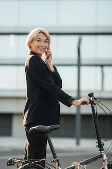 Mulher bonita falando ao telefone