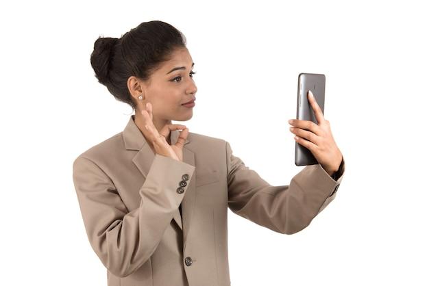 Mulher bonita falando em uma videoconferência online usando o smartphone