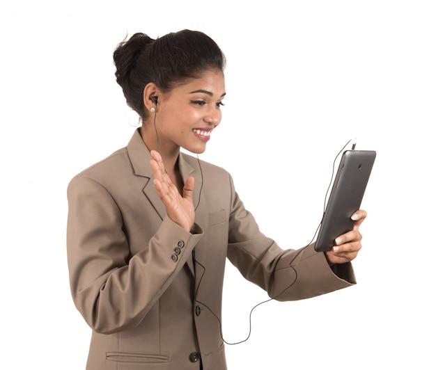 Mulher bonita falando em uma videoconferência online usando smartphone