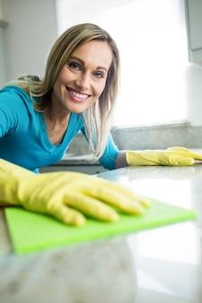 Mulher bonita, fazendo as tarefas da casa